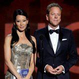 Kiefer Sutherland y Lucy Liu en la gala de los Emmy 2012