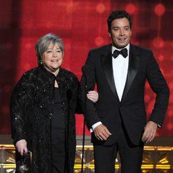 Jimmy Fallon y Kathy Bates en la gala de los Emmy 2012