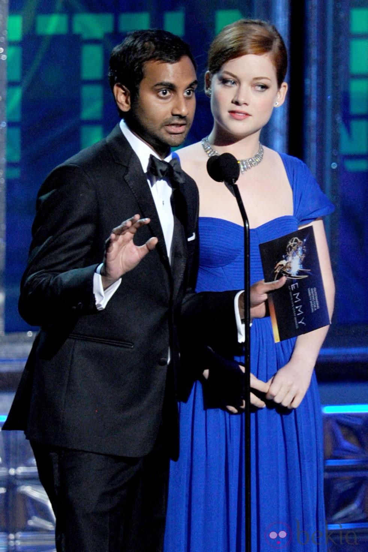 Aziz Ansari y Jane Levy en la gala de los Emmy 2012
