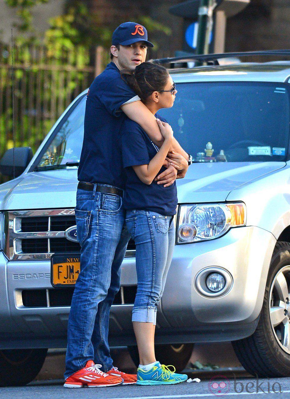 Ashton Kutcher abraza a Mila Kunis
