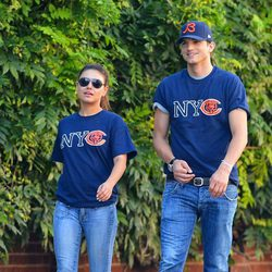 Mila Kunis y Ashton Kutcher con camisetas iguales