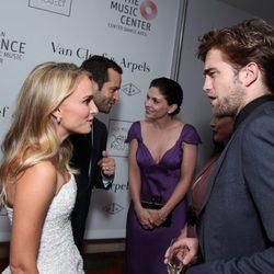 Natalie Portman charla con Robert Pattinson en la fiesta tras el estreno de 'L.A. Dance Project'