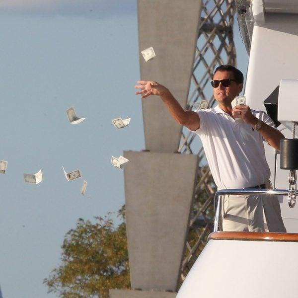 Leonardo Dicaprio lanzando al agua billetes en el rodaje ...