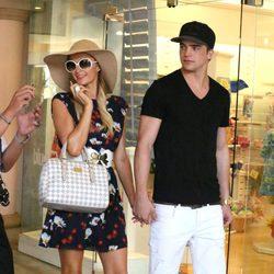 Paris Hilton y su novio River Viiperi disfrutan de una jornada de compras en Hawai