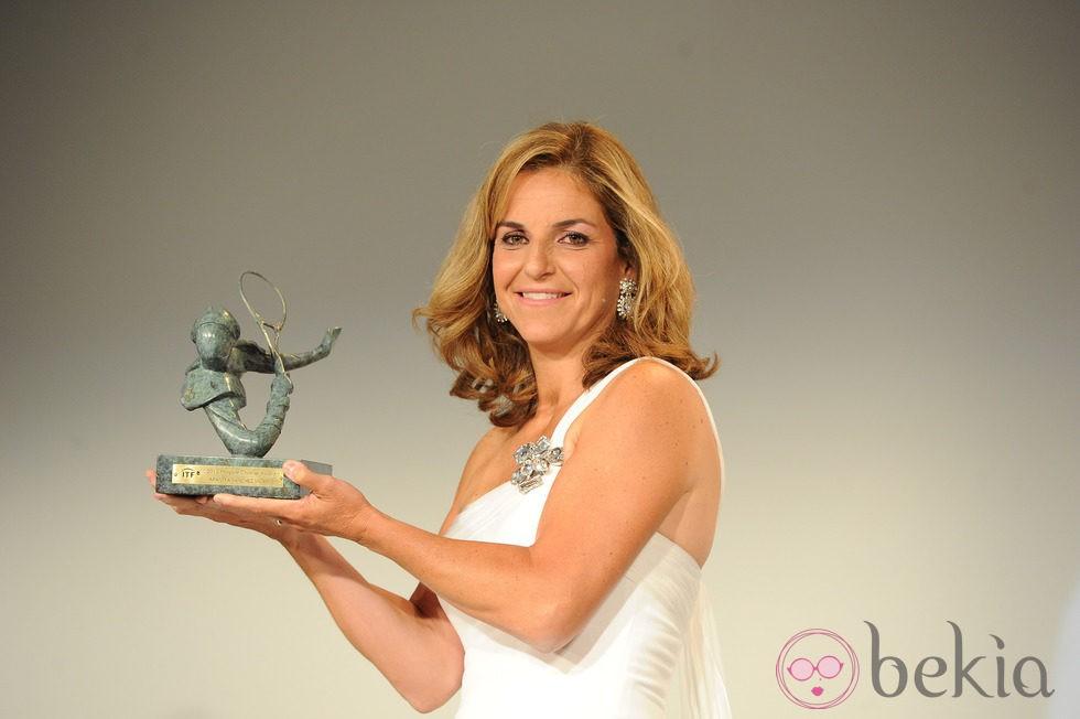 Arantxa Sánchez Vicario recibiendo un premio en París