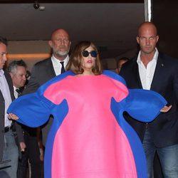 Lady Gaga con un extravagante traje en París