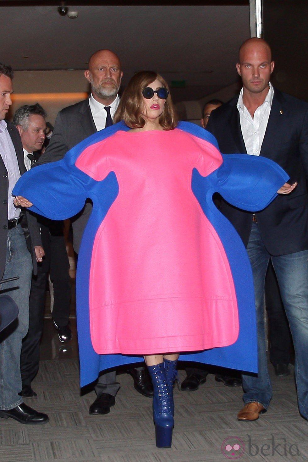 Lady Gaga con un extravagante traje en París - Estilo Lady Gaga, sus ...