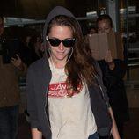 Kristen Stewart llega al aeropuerto de París