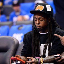 Lil Wayne con la música en su iPhone
