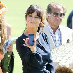 Jennifer Love Hewitt saluda con su iPhone