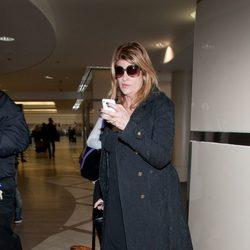 Kirstie Alley con el iPhone en el aeropuerto