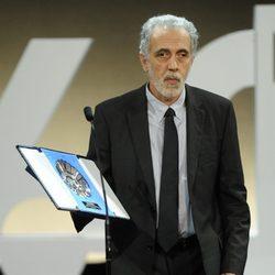 Fernando Trueba con su premio en la clausura del Festival de San Sebastián 2012