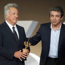 Ricardo Darín entrega el Premio Donostia a Dustin Hoffman en la clausura del Festival de San Sebastián 2012