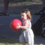 Harper Seven jugando con una pelota