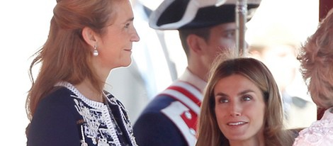 La Infanta Elena y la Princesa Letizia se sonríen en un acto en el Palacio Real