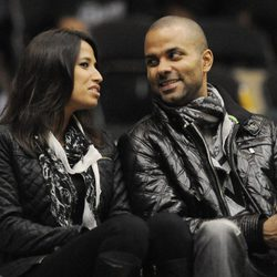 Tony Parker y Axelle en un partido de la NBA femenina