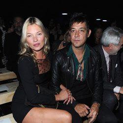 Kate Moss y Jamie Hince en la Semana de la Moda de París primavera/verano 2013