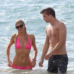 Paris Hilton disfrutando de la playa con River Viiperi