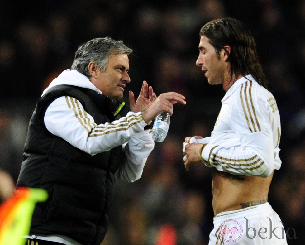 José Mourinho dando indicaciones a Sergio Ramos durante un partido