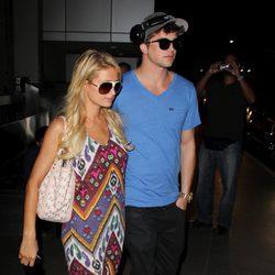Paris Hilton con su novio en el aeropuerto