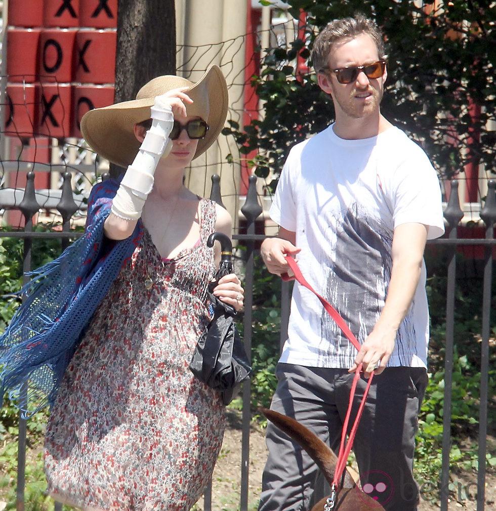 Anne Hathaway de paseo con su novio Adam Shulman