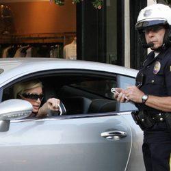 Paris Hilton no puede evitar ser multada por la policía