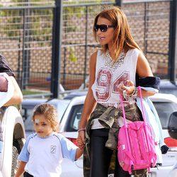 Paula Echevarría recogiendo a su hija Daniella del colegio