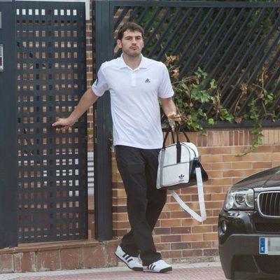 Iker Casillas sale de su casa de Boadilla del Monte desayunando
