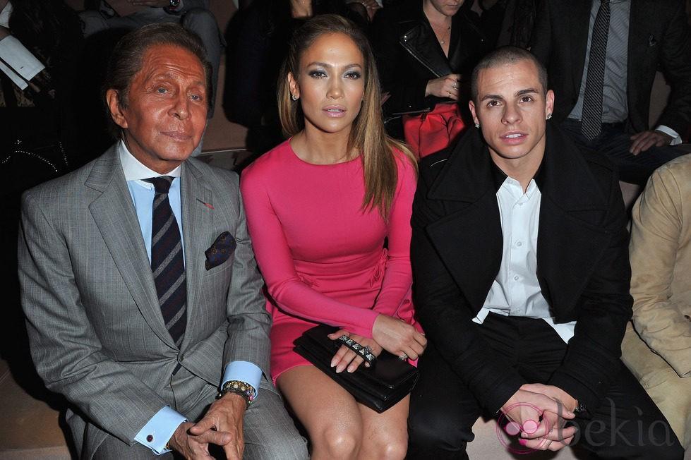 Valentino, Jennifer Lopez y Casper Smart en la Semana de la Moda de París