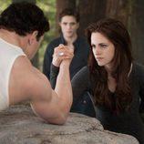 Kellan Lutz mide sus fuerzas con Kristen Stewart en 'Amanecer.Parte 2'