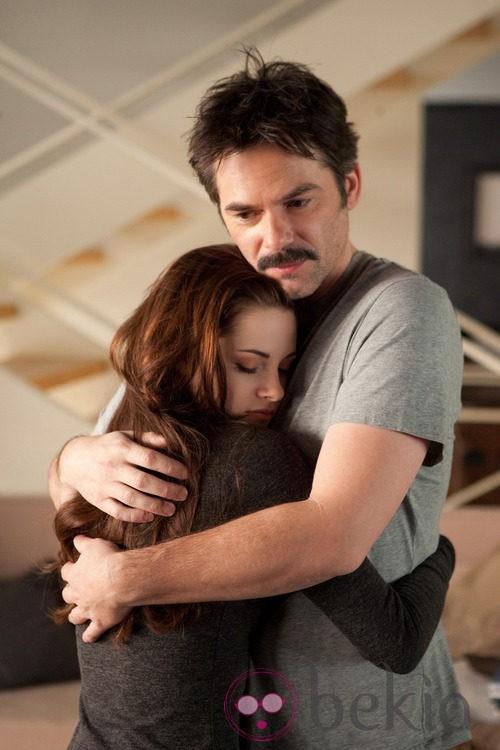 Kristen Stewart y su padre en la ficción en un fotograma de 'Amanecer.Parte 2'