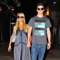 Paris Hilton y River Viiperi paseando por Los Ángeles