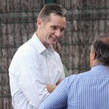 Iñaki Urdangarín charla con el padre de un compañero de colegio de sus hijos