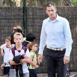 Iñaki Urdangarín con su hijo Miguel a la salida del colegio