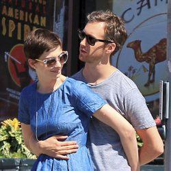 Anne Hathaway y Adam Shulman muy cariñosos
