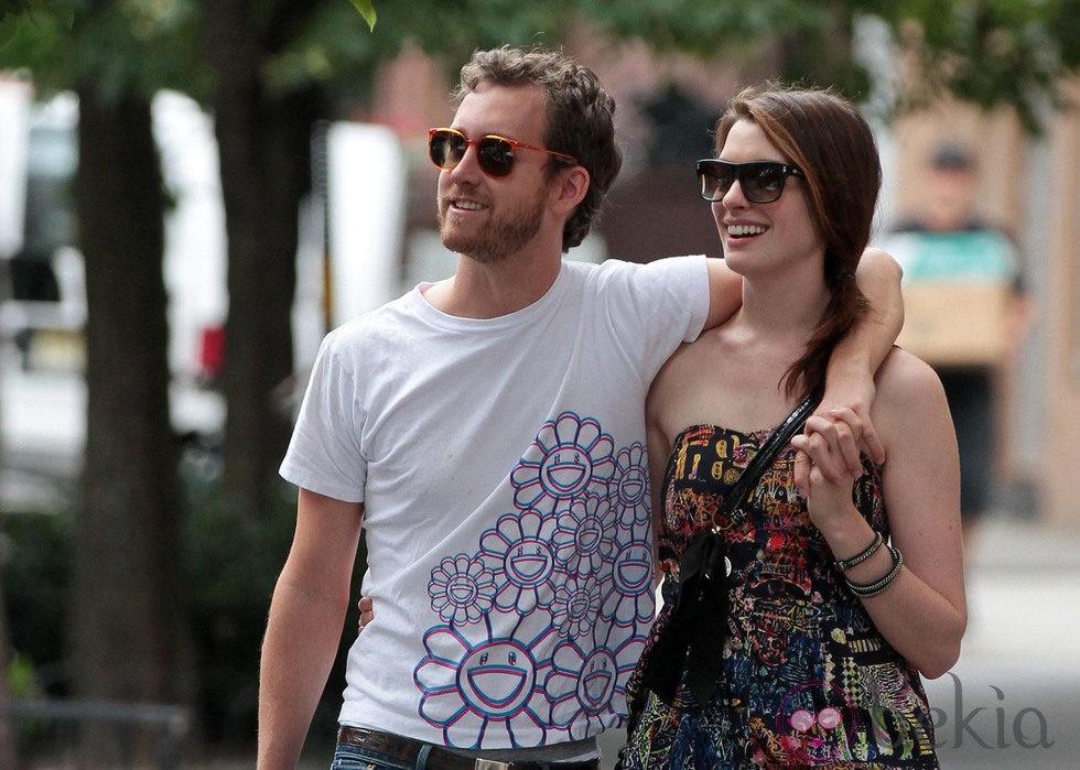 Anne Hathaway y Adam Shulman pasean agarrados