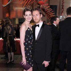 Anne Hathaway y Adam Shulman en el Museo Americano de Historia Natural
