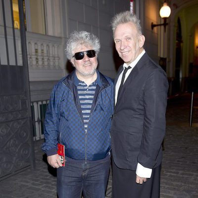 Pedro Almodóvar y Jean Paul Gaultier en la exposición dedicada al diseñador