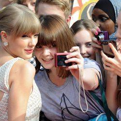 Taylor Swift haciéndose fotos con los fans en los Teen Awards 2012