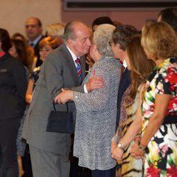 El Rey besa a la Infanta Pilar en el 20 aniversario del Museo Thyssen-Bornemisza