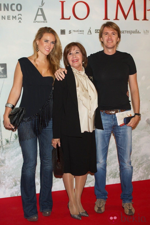 Concha Velasco con su hijo y su nuera en el estreno de 'Lo Imposible' en Madrid