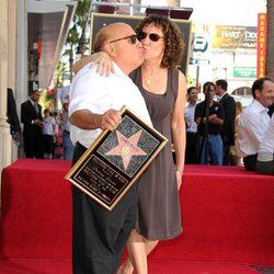 Danny devito en el paseo de la fama de Hollywood con su estrella
