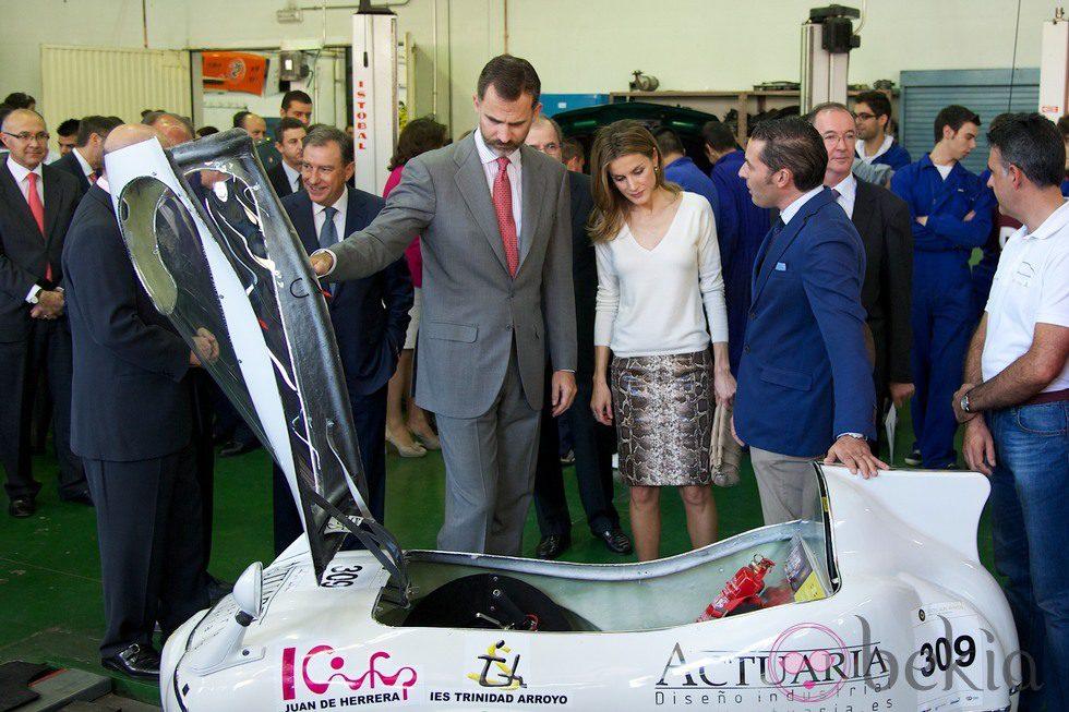 Los Príncipes de Asturias observan el trabajo realizado de los alumnos de FP de Valladolid