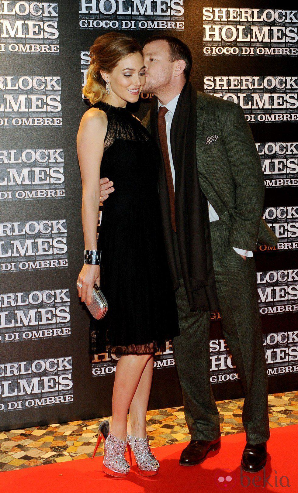 Guy Ritchie besa cariñoso a su pareja Jacqui Ainsley