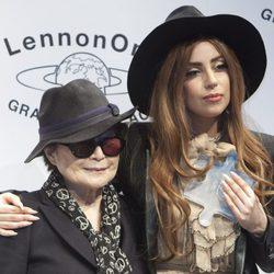 Lady Gaga tras recibir el Premio de la Paz Lennon-Ono de manos de Yoko Ono