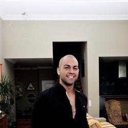 Alberto 'Clavelito' muy sonriente en la casa del programa de MTV España 'Gandía Shore'