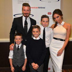 David Beckham y Victoria Beckham junto a sus hijos Cruz, Romeo y Brooklyn