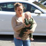 Hilary Duff paseando con su hijo Luca por Beverly Hills