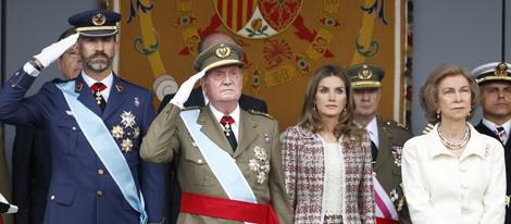 Los Reyes y los Príncipes Felipe y Letizia durante el desfile del Día de la Hispanidad 2012