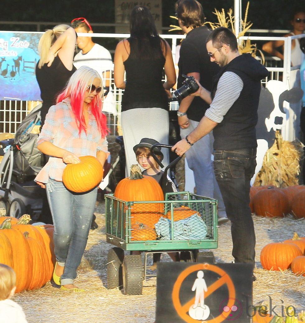 Christina Aguilera con su marido y su hijo recogiendo calabazas para la fiesta de 'Halloween'